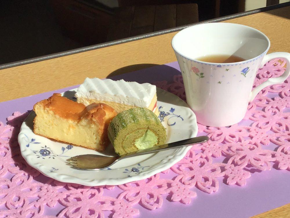 抹茶のロールケーキ、チーズケーキ、イチゴのショートケーキ